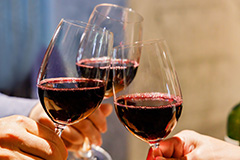 What are the common classifications of wine glasses?